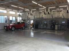 最新設備のサービス工場併設で、お客様の安心・安全をお約束します。