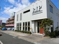 白い建物と「RIP」の看板が目印です。