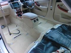 入庫した車両は、シートを外して徹底的にキレイにします!お客様に満足してもらうCROWNをご提供し続けます!