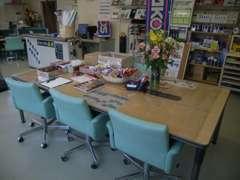 店舗内、商談テーブル、パーツやカタログもたくさんあるので、どんなものでもお探しできます!