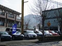 県道15号線沿い、神戸電鉄岡場駅から徒歩5分の立地となります。