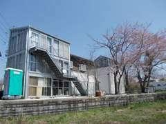 当社、裏から見た社屋全景です。春は桜が大変きれいなんです。お気軽にお越し下さい。大阪府大東市龍間1920-70