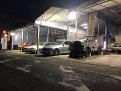 大事な車を展示保管する為、大型の屋根展示場で保管展示しております。第二倉庫では約30台を室内保管可能です。