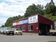 敷地内には自社工場も併設!!リフト2基、冬タイヤ研磨機、タイヤチェンジャー、ホイールバランサー完備!!
