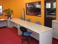 ★商談ルーム★真っ赤なフロアーにホワイトテーブルは当店社長のこだわりです!ゆっくり納得出来る商談をしましょうね!