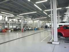 最新の機器を取り揃えた広いサービス工場にて整備いたします。