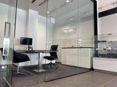 個室の商談スペースも完備しております。
