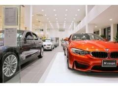 本社ショールームでは広い空間に最新のBMW車を展示しております。