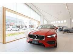 明るい浦和店ショールームです。新型車両を展示致しております。皆様のご来店をお待ちしています。