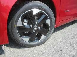 標準装備のアルミホイール黒とシルバーのカラーで足元をアピール。
