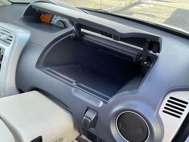 ハンドル上あたりにも小物入れがあります。運転する方の手の届く範囲内にこのようなものがあると、とても便利です。