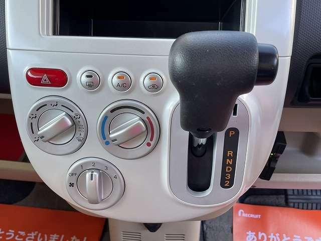シフトレバーは前にあります。直線型です。配置されているボタンも丸みがあって可愛らしいです♪