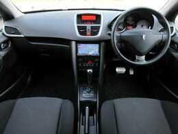 内装はブラックを基調としたシックで落ち着いた雰囲気の車内になっております♪パネル類にも目立つキズや汚れ等も無くとてもキレイな状態です♪