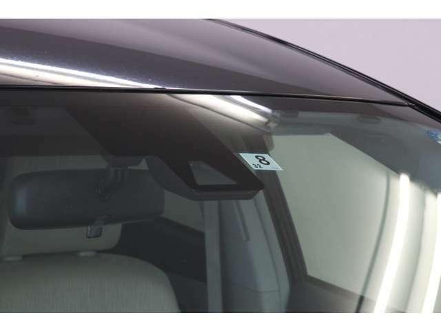 ミリ波レーダーと対向車や車線認識用のカメラの二段構えで先進の安全と快適をサポートしています。 スリーランク上の安全メーカーオプションが装備されていない車はこちらがツルンとしていて何もないです。