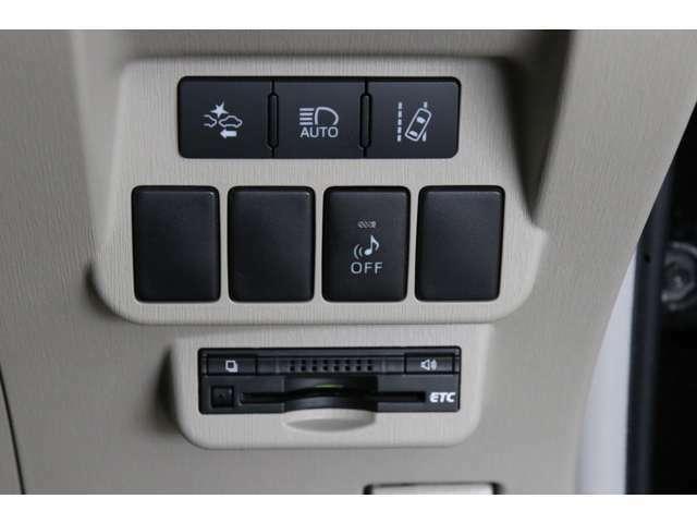 プリクラッシュセーフティがメーカーオプション装備されているプリウスαはこちらにスイッチがずらりと装備されるので、ここで見分けることもできます。ビルトインETC付きです。