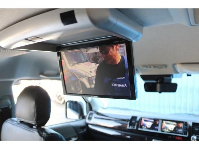 ナビで地図を見ながら、サブモニターでテレビやDVDが見られる大人気のトリプルモニターです!長時間のドライブもこれで退屈しませんね♪