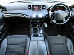 内装はブラックを基調としたスポーティーで落ち着いた雰囲気の車内になっております♪パネル類にも目立つキズや汚れ等も少なくキレイな状態です♪