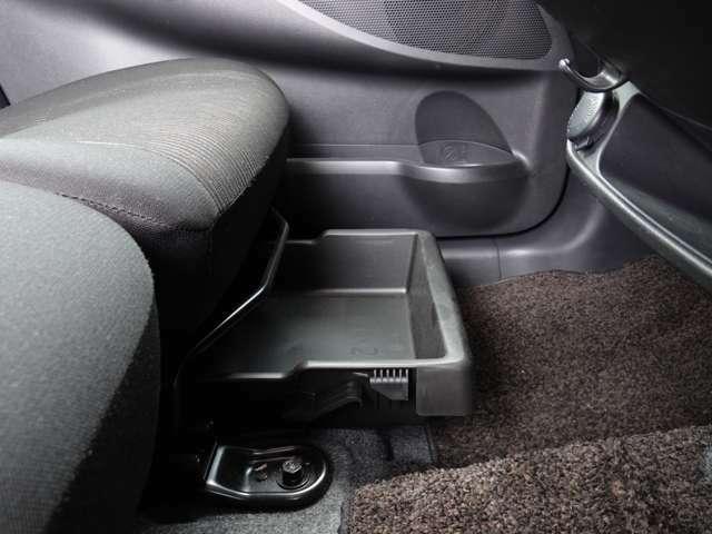 助手席の座面下部には2kgまで許容のトレイがあります~