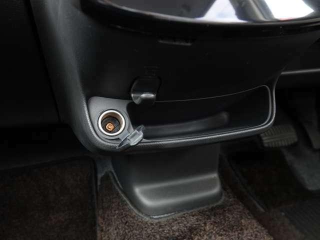 ダッシュパネルの中央下部には、12V電源ソケットがあります~ 車内で電気機器の使用やスマホの充電には、欠かせません~♪