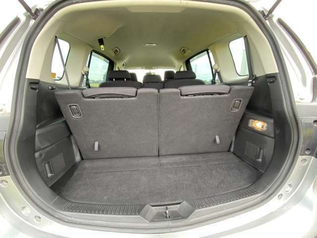 <荷室>サードシートを倒すことで更にスペースを広げることが可能です!