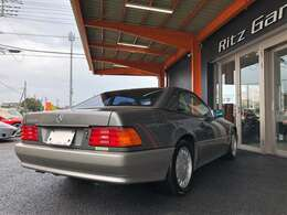 古き良きメルセデスの代表作。R129と呼ばれるこのモデルこそ上品な雰囲気をまとう最後のSL!