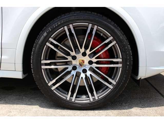 タイヤはコンチネンタルクロスコンタクト295/35/21インチポルシェ認証NOが装着されて居ります