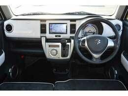 インパネ:運転席から各種ボタンの操作がしやすいように設計されたデザイン。