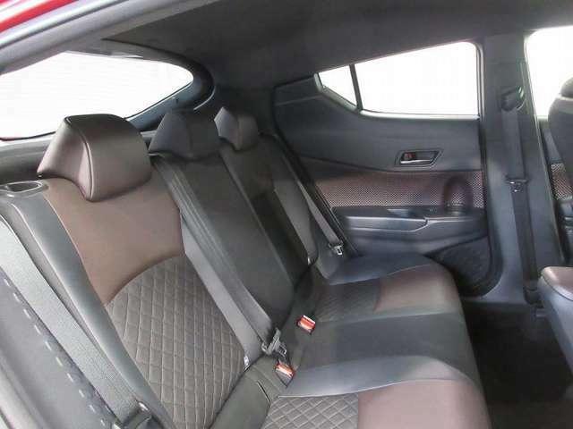 最適なパッド厚を追求した座り心地の良いリヤシート。6:4分割可倒式を採用し、シート肩口のレバー操作で荷室の拡大も可能です。