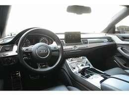 インテリアパネルはカーボンが基調となっておりステアリングやシートはS8・S8プラス専用部品となっております
