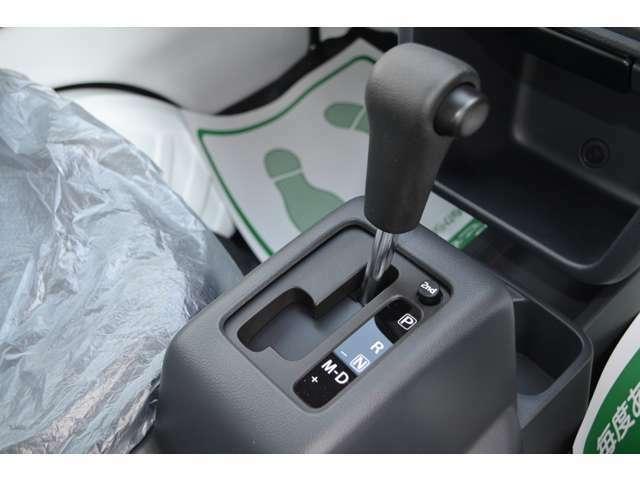 5速オートギアシフトのシフトレバーは、フロア配置です。2速発進機能も付いていますので、荷物が無い時など便利に使い分けできます。