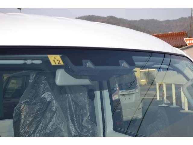 衝突被害軽減ブレーキシステムは、デュアルカメラブレーキサポートを搭載しています。フロントガラスに配置されたステレオカメラで前方の人や障害物を検知します。
