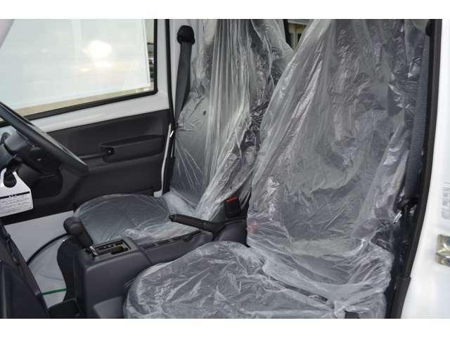 乗り降りしやすい形状のフロントシートです。