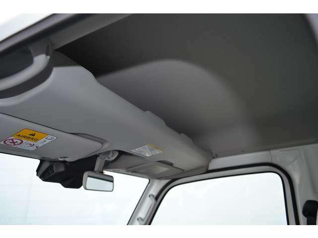 ハイルーフバンならではの高い天井です。フロントシートの頭上には天井の高さを活かしたオーバーヘッドシェルフも装備されています。