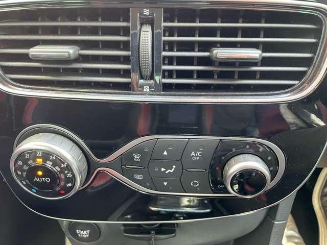 操作性と高いデザイン性を併せ持つオートエアコンを装備。
