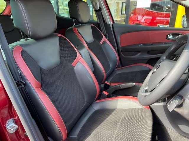 レザー調にベロアを配した高級感溢れるシート。高い快適性はフランス車ならでは。