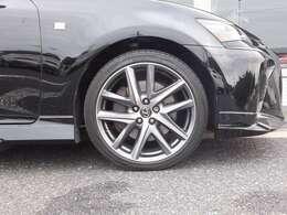 Fスポーツ専用19インチアルミホイール(切削光輝)。タイヤにはハンドリングの切れ味と高いグリップ力を発揮する前後異サイズタイヤを装着しています。(F235/40R19、R265/35R19)