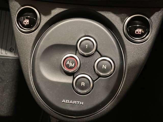5速セミオートマチックトランスミッション。アバルトのシフトはボタン式です。
