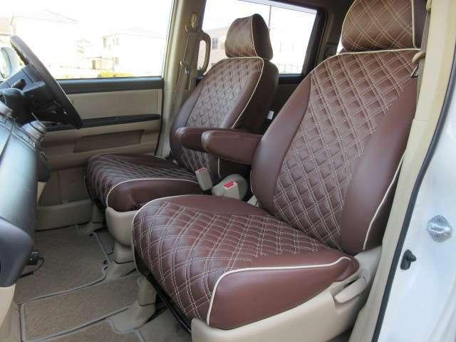運転席と助手席のシートには目立つ擦れやキズ等もなくキレイな状態です♪シートのクッション性も良く座り心地も良好です♪格納式の肘掛けも装備されております♪