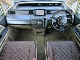 レザー調のシートカバーが装着され高級感があります♪ブラウン×ブラックの落ち着いた雰囲気の車内になっております♪