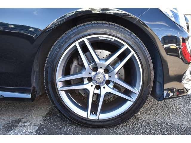 高品質でデザイン性の優れた純正アルミホイール!タイヤは2019年製なので安心してまだまだ長く乗れます。
