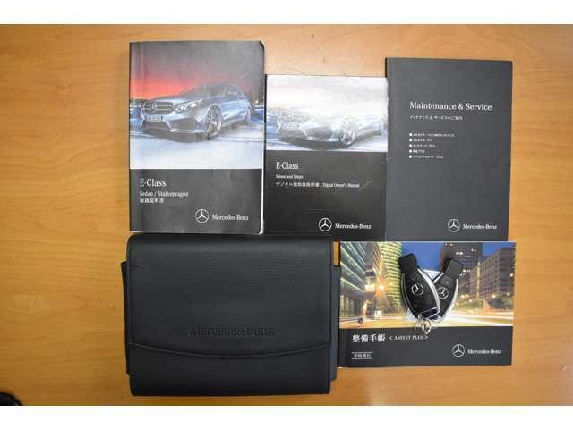 車両取扱書、デジタル取扱ディスク、新車保証書、スペアスマートキー(トランクオープナー付)が揃っております。