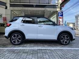 お車の色はシャイニングホワイトパールとブラックマイカメタリックの2トーンカラーとなっております!