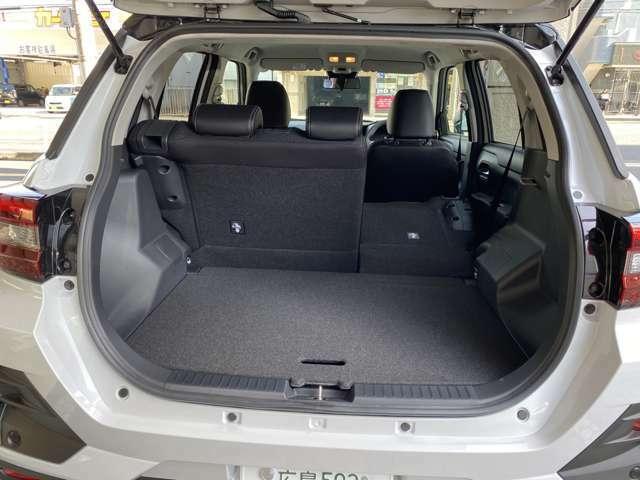 後席シートを片方だけ倒すとさらにお荷物が載せることが出来ます!