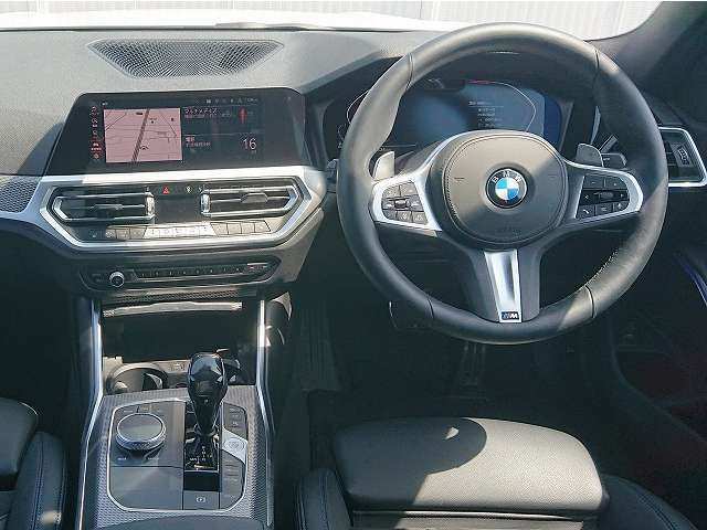 ◆インスツルメントパネルやインテリアトリムなどは、調和しなが洗練された室内を作り上げ、スイッチ類によって、優れた操作性をも実現。ドライバーの視線や動線を考え、人間工学に基づきデザインされています◆