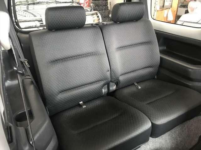 後部座席はあまり使用されていなかった様で使用形跡がございません。