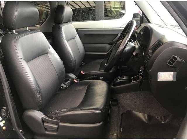 運転席のシートですが少し革が破れていますがクッションなどはへたっていないです。シートカバーの取付けももちろん可能です。