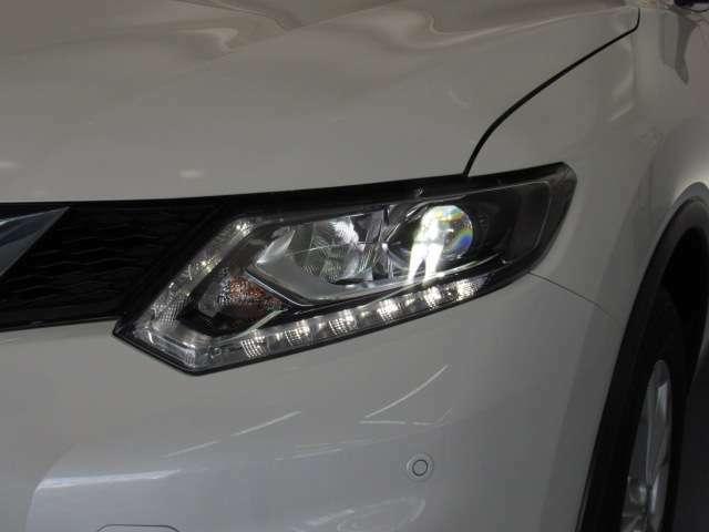 夜間走行の様々な局面に向けて、LEDヘッドランプで視認性をしっかり確保☆ハロゲンヘッドランプのおおよそ2倍の光量で、広範囲に明るくドライバーをサポートしてくれます。