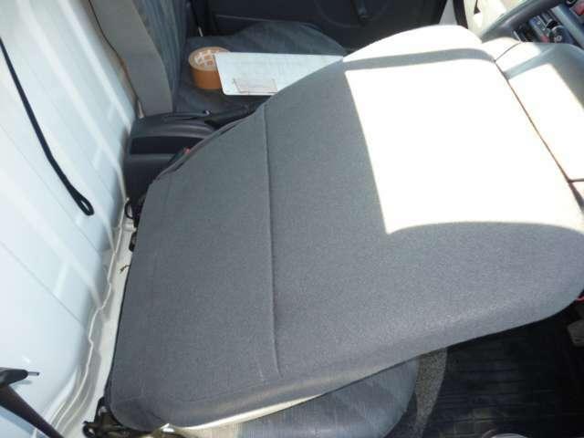 運転席背面には、ポケットがあるので、書類なども入れられます♪