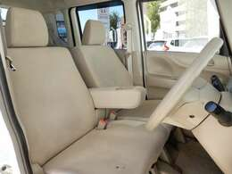 ひじ掛けのついたベンチシートタイプの運転席です。
