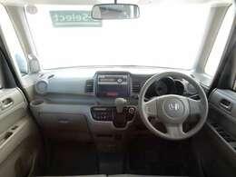 シンプルですっきりとした運転席周りです。